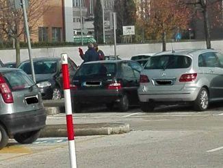 Parcheggiatore violento prende a calci auto pensionata, succede a Foligno