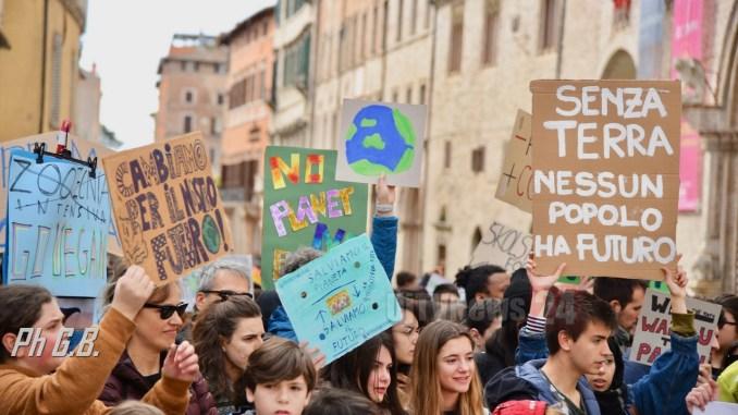 Assessori Umbria ai giovani in marcia per l'ambiente #fridaysforfuture