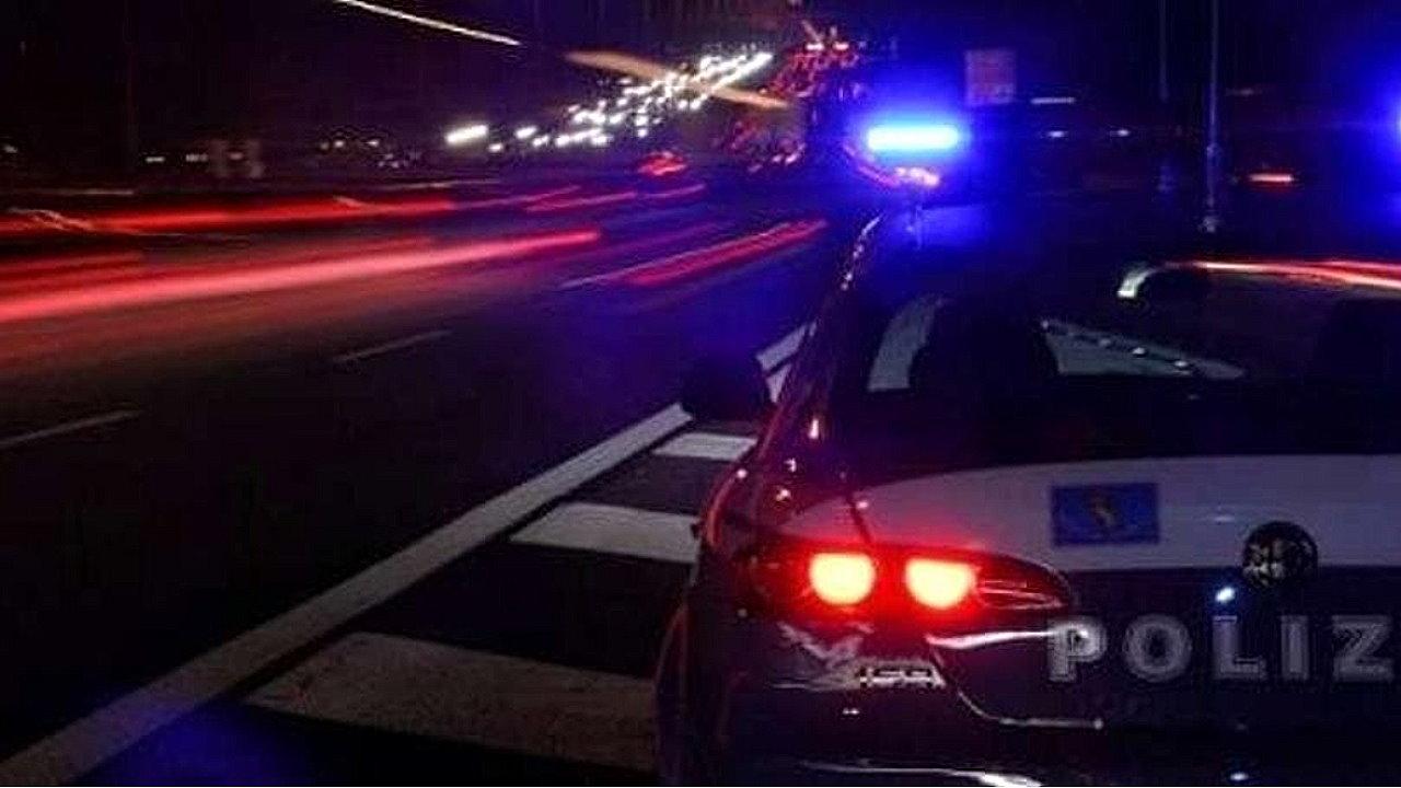 Ruba auto e fugge a fari spenti nella notte braccato dalla Polizia