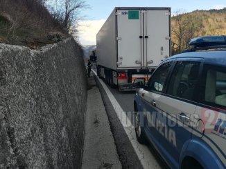Panico sulla E45, camion contromano, Polizia stradale evita strage