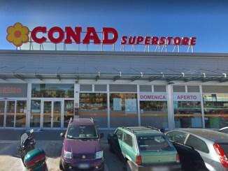Ruba in un supermercato a Ponte San Giovanni, è caccia al ladro