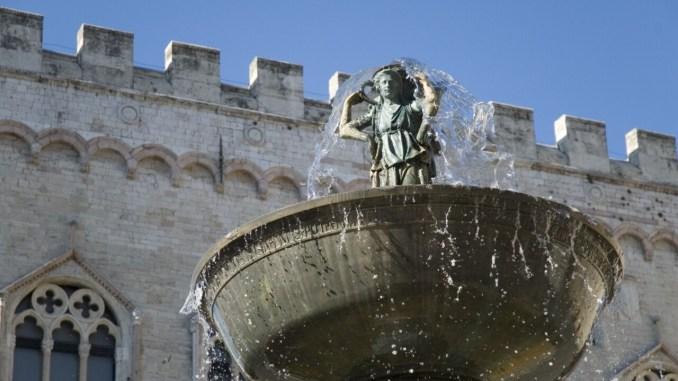 Drone contro Fontana Maggiore, esposto a Enac e Mibact