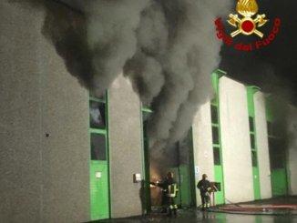 Furioso incendio a Foiano della Chiana in fiamme ditta smaltimento rifiuti