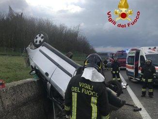 Auto a gpl si ribalta sulla E45 a Umbertide, due feriti soccorsi