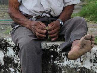 Anziano malato picchiato dal fratello e dalla badante, invece di accudirlo