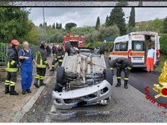 Incidente stradale a Passignano, auto si ribalta, un ferito