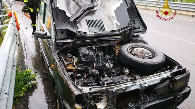 Auto alimentata a metano si incendia a Perugia, nessun ferito