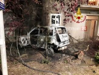 Incidente stradale nella notte auto si incendia, finisce addosso ad una casa