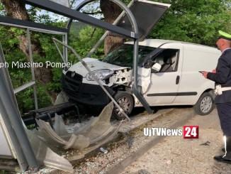 Tragedia sfiorata a Perugia, furgone centra in pieno cabina fermata autobus