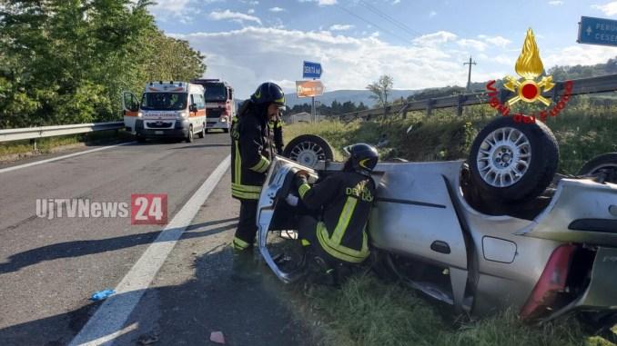 Incidente stradale sulla E45, auto si capovolge, ferito il conducente