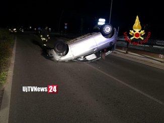 Incidente stradale nella notte a Gubbio, auto contro palo e si ribalta, un ferito