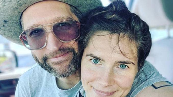 Cerca soldi per il matrimonio, ma Amanda Knox è già sposata