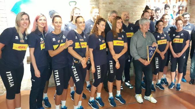 Nazionale pallavolo femminile visita mostra di Paolo Rossi al CERP