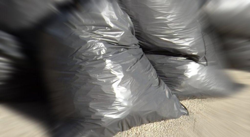 Getta sacco immondizia sul ciglio della strada, multato a Bastia Umbra