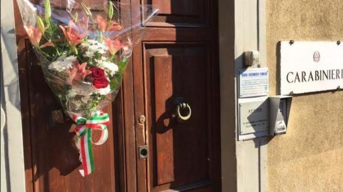 Un mazzo di fiori per il Carabiniere ucciso, grazie dal Generale Della Gala