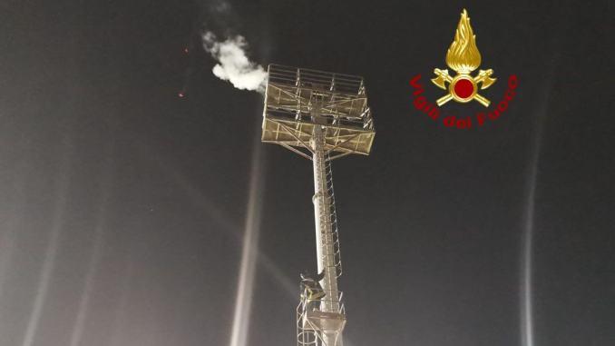 A fuoco uno dei fari montati sul palo del Curi