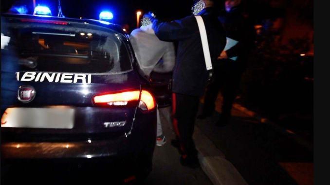 Dà di matto, ubriaco aggredisce compagna, genitori e carabinieri, arrestato