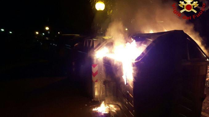 Presa piromane, bruciava cassonetti, forse è quella di piazza Ansidei