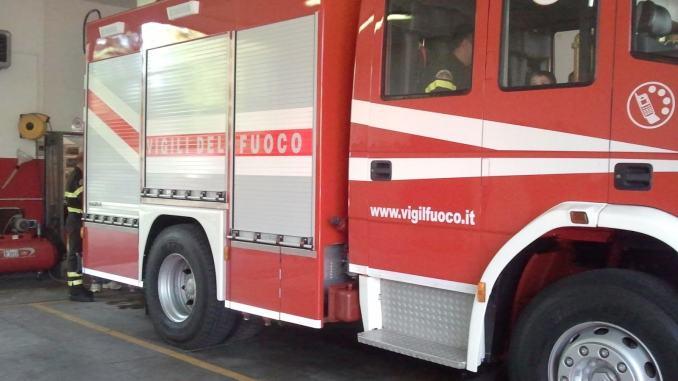 Principio di incendio in un palazzo a Terni, soccorso un uomo