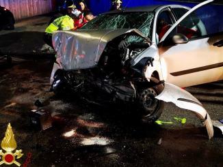 Incidente stradale all'alba, auto capovolta, una persona estratta dalle lamiere