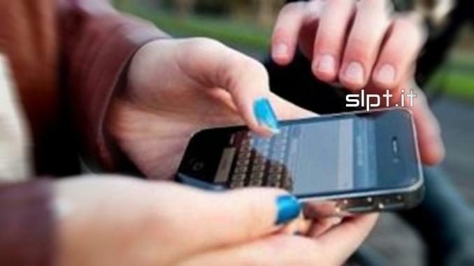 Strappa il cellulare di mano ad una ragazza, polizia arresta straniero