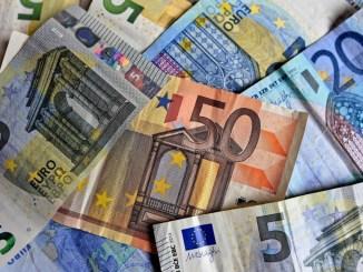 Pagamenti con soldi falsi, polizia arresta due truffatori