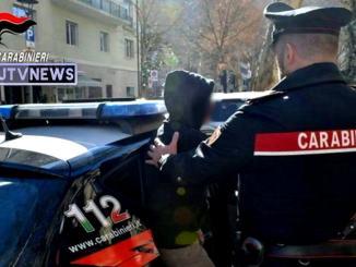 Crisi astinenza da droga, aggredisce madre e carabinieri, scatta arresto