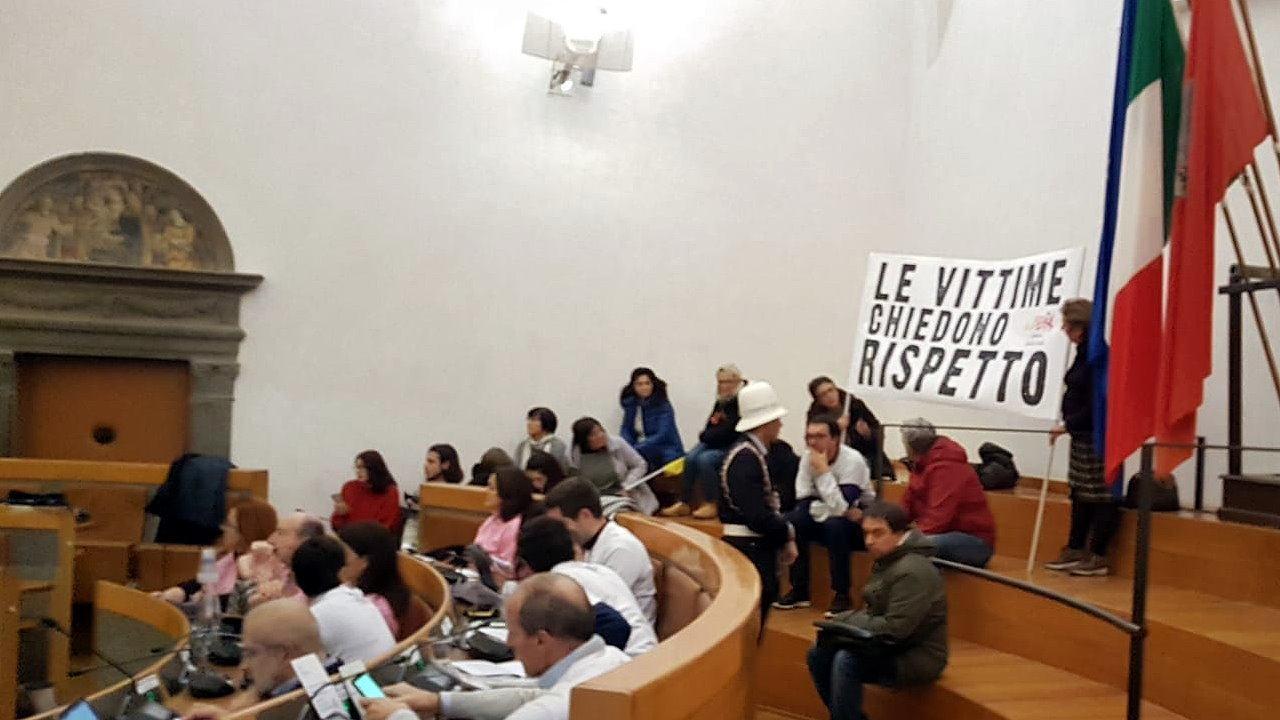 Libera, blitz in consiglio Comunale a Perugia e Arcudi fa chiudere striscione