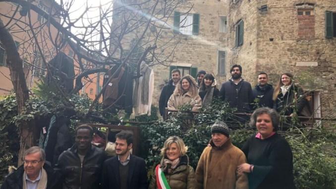 L'Angolo della Gentilezza inaugurato a Perugia si prede ciò di cui si ha bisogno