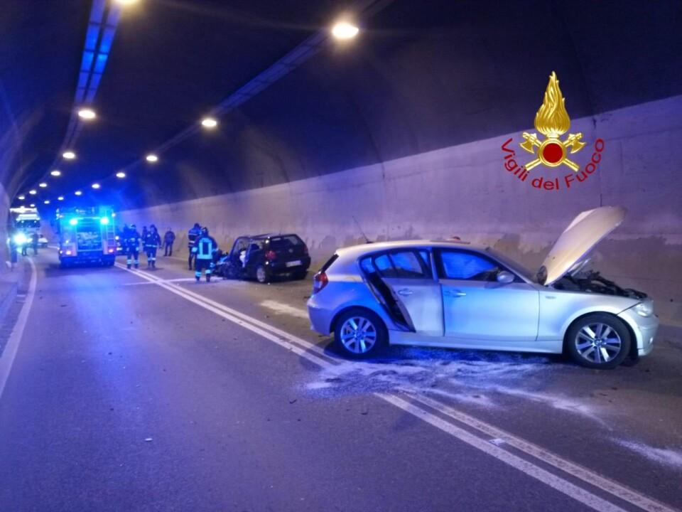 Incidente stradale dentro la galleria della Contessa, feriti anche due bimbi