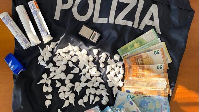 Centro involucri di cocaina Polizia arresta straniero per spaccio di droga