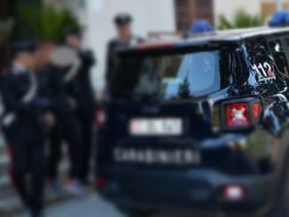 Picchia e ferisce i Carabinieri, che difendevano sua moglie dalla sua violenza, la coppia si sta separando