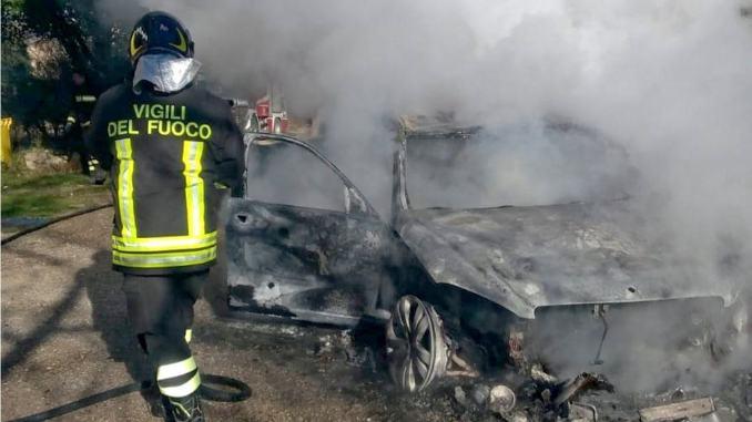 Incendio autovettura in Alto Tevere, auto divorata dalle fiamme a Badia