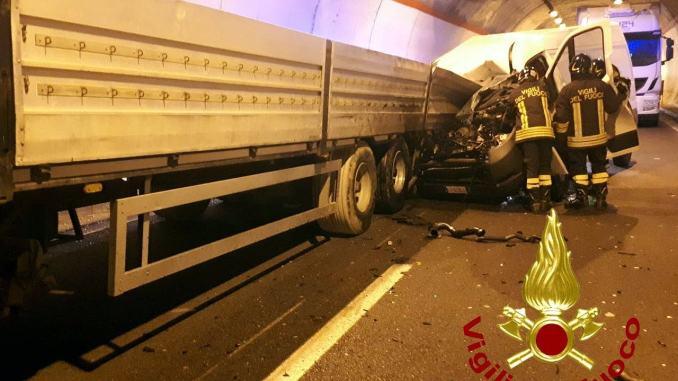 Tamponamento sulla Perugia Ancona, furgone addosso a camion, un ferito