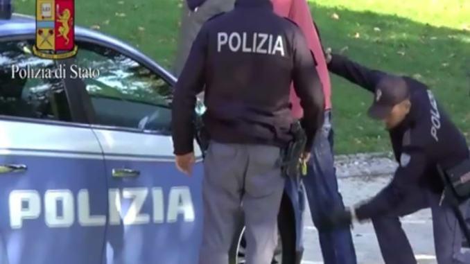 Riceveva telefonate di clienti anche davanti ai poliziotti, arrestato pusher 37enne