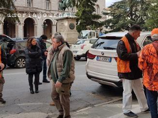 Sit-in dei cacciatori oggi davanti palazzo Cesaroni a Perugia