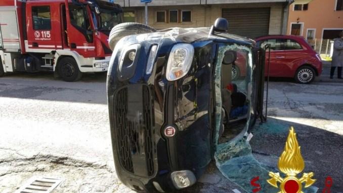 Incidente a Ponte Pattoli, auto si ribalta di fronte la posta