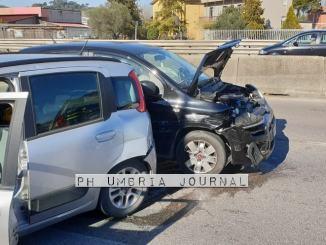 Auto pirata investe moto a Collestrada, carambola sulla E45, 4 feriti