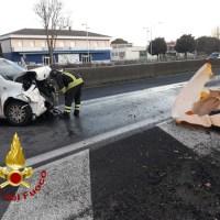 Incidente stradale sulla E45, auto contro guardrail, un ferito