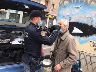 Anziano chiede mascherina alla polizia e guardate cosa fa il l'agente, commovente