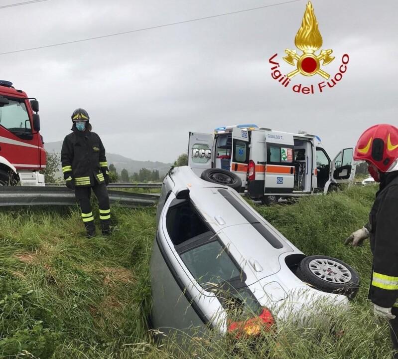 Incidente a Gualdo Tadino, finisce in un fosso, muore uomo