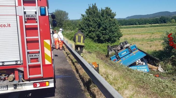 Un camion fuori strada tra Passignano e Tuoro, ferito il conducente