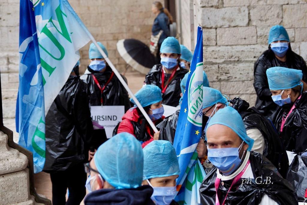 Giù le mani dai fondi per assumere gli infermieri, sul piano vaccini è polemica nazionale