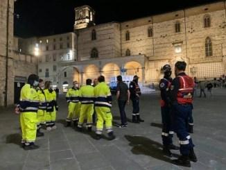 Movida, assembramenti in centro a Perugia, lite davanti al duomo, multa a bar