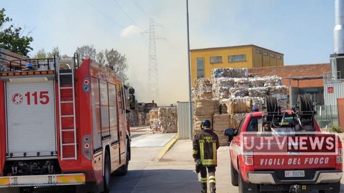 Incendio alla cartiera di Trevi, a fuoco la carta da macero