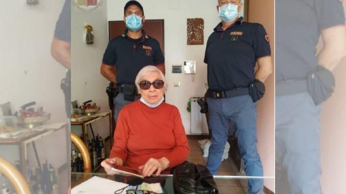 Polizia riconsegna a domicilio oggetti derubati a una 86enne