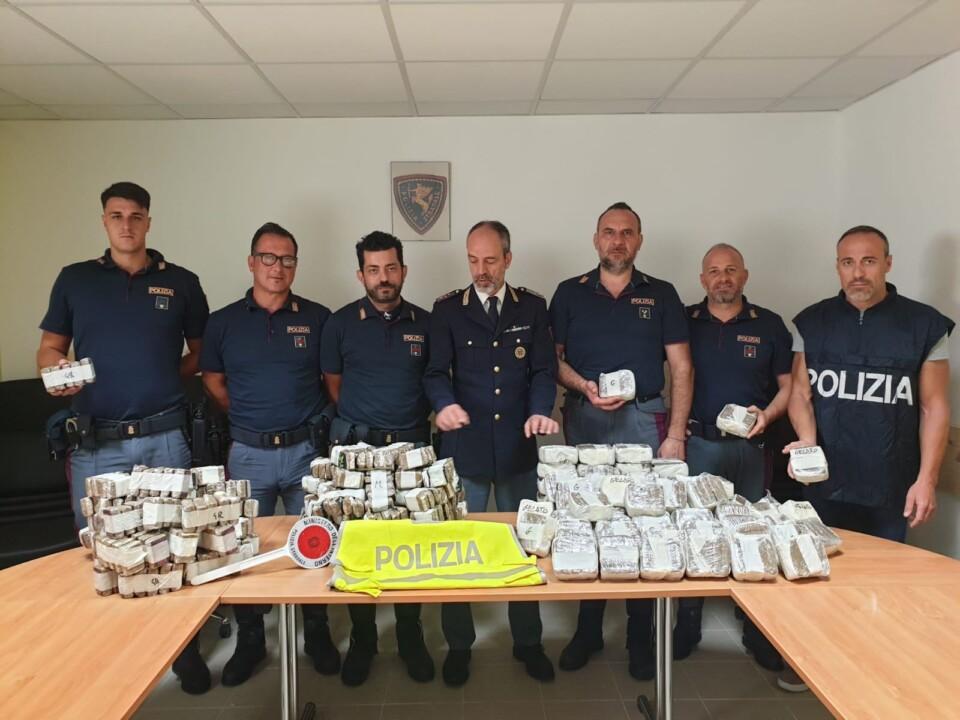 90 kg di hashish, valore 1 milione di euro, 2 arresti, operazione della Polstrada 🔴