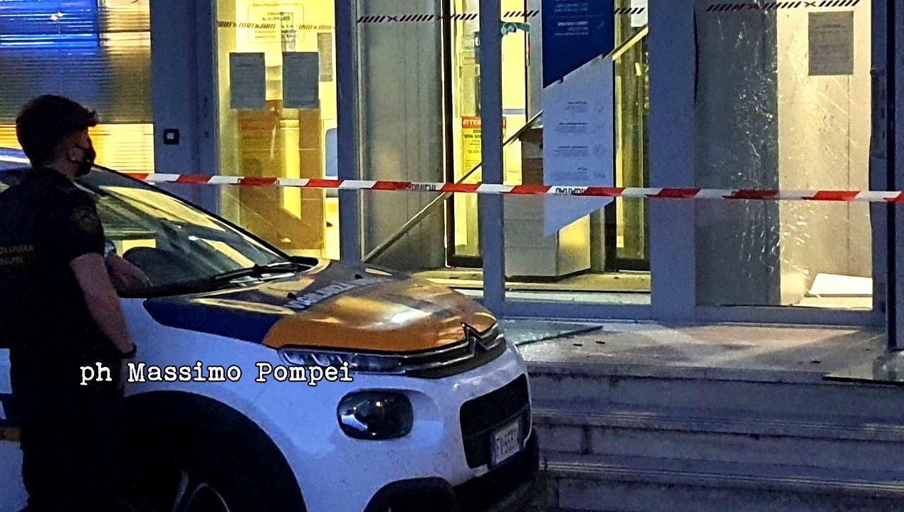 Assalto all'Ubi Banca di Pantalla, esplosione nella notte, salta bancomat 🔴