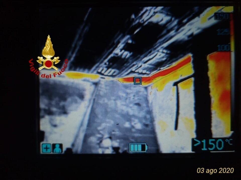 Fiamme nella notte a Todi, incendio devasta palazzina di due piani, temperature altissime 🔴 Foto a infrarossi