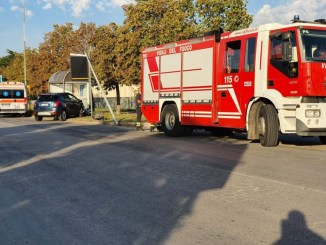 Incidente stradale a Ponte San Giovanni, suv centra in pieno pensilina bus